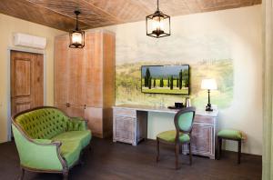 The lounge or bar area at Villa Toscana