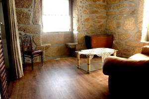 The lounge or bar area at casa das pombas