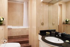 A bathroom at Millennium Hotel London Knightsbridge