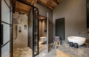 A bathroom at BergWärtsGeist SENHOOG Luxury Holiday Homes