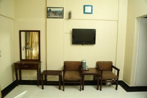 A television and/or entertainment centre at Hotel Bilal