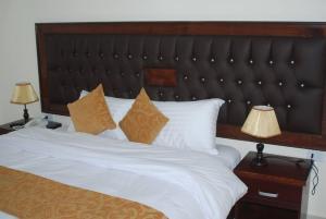 Un pat sau paturi într-o cameră la Sharah Mountains Hotel