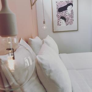 A bed or beds in a room at Slapen bij Achter de Kan