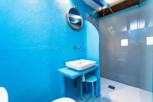 A bathroom at Som de Mar (by Seanema): Átic Dúplex al Casc Antic de La Vila Joiosa