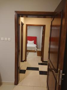 Cama ou camas em um quarto em Al Narjes Hotel Suites Al Khobar