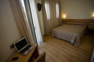 Кровать или кровати в номере Hostal Rambla
