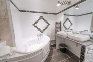A bathroom at Europe Hôtel