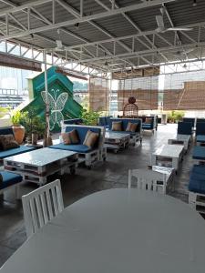 Un restaurante o sitio para comer en Birdnest Guesthouse, Gaia Rooftop Cafe