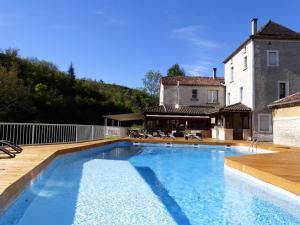 The swimming pool at or near Hôtel Restaurant des Grottes du Pech Merle
