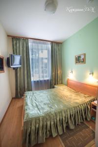 Кровать или кровати в номере Каркушин Дом