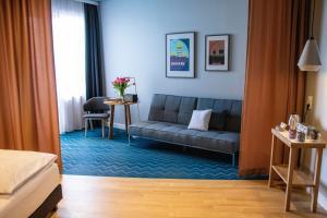 Uma área de estar em about:berlin Hotel