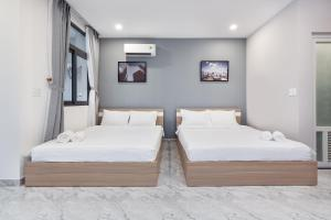 A bed or beds in a room at The Arrivals Tower-Near Airport-10 stars