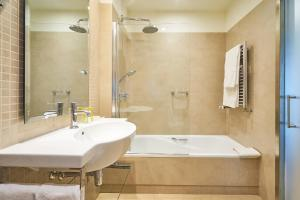 A bathroom at Eurostars Patios de Cordoba