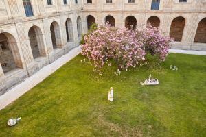A garden outside Eurostars Monumento Monasterio de San Clodio Hotel & Spa