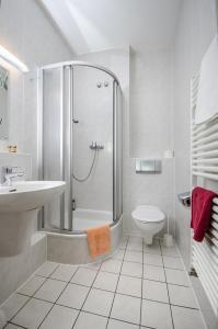 Ein Badezimmer in der Unterkunft Hotel Siegmar im Geschäftshaus