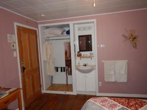 Salle de bains dans l'établissement Gîte des P'tites Madames Bed and Breakfast