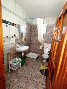 O baie la Hostel Pascalis Alesd