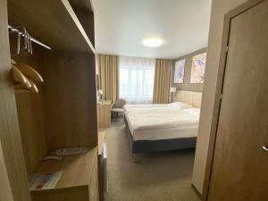 Кровать или кровати в номере АМАКС Отель Омск
