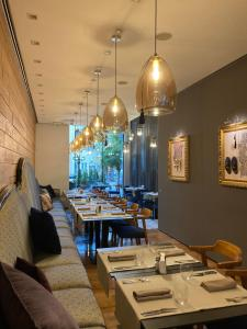 A restaurant or other place to eat at Graffit Gallery Design Hotel
