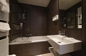 Een badkamer bij Hotel Du Commerce