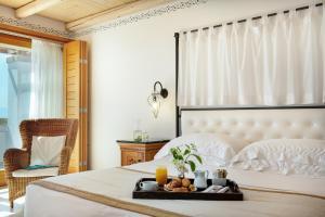 מיטה או מיטות בחדר ב-Mitsis Blue Domes Resort & Spa