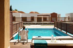 בריכת השחייה שנמצאת ב-Mitsis Blue Domes Resort & Spa או באזור