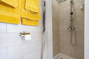A bathroom at Catalans Plage, entre la mer et le Parc du Pharo