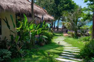 Ein Garten an der Unterkunft LaLaanta Hideaway Resort