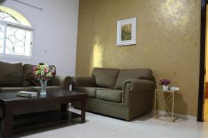 Uma área de estar em Al Alya Hotel