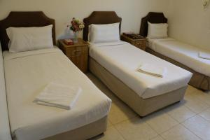 Cama ou camas em um quarto em Al Alya Hotel