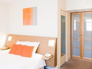 Кровать или кровати в номере Novotel Nantes Centre Bord de Loire