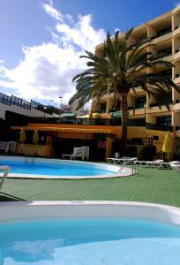 Het zwembad bij of vlak bij Apartamentos las Dunas