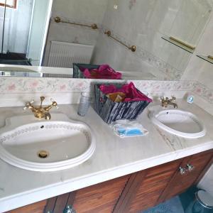 A bathroom at Bogenraith House