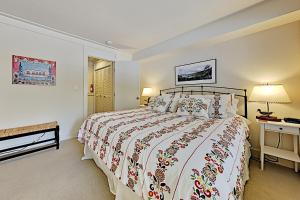 A bed or beds in a room at 7021SH89 - Peaceful West Shore Condo