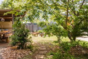 A garden outside On The Wallaby Lodge