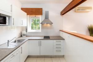 A kitchen or kitchenette at Apartamentos Turisticos Pinhal Da Marina