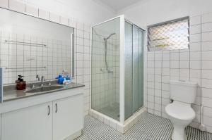 A bathroom at Kurrimine Beach Huts