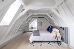 A bed or beds in a room at Kimpton De Witt Amsterdam, an IHG Hotel
