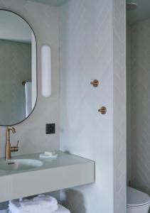 A bathroom at Swissotel Kursaal Bern