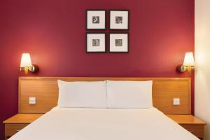 A bed or beds in a room at Days Inn Peterborough