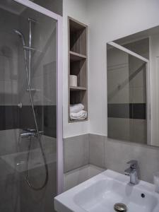 A bathroom at Hotel Restaurant Les Jardins D'Epône