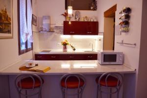 Кухня или мини-кухня в Art Dreams B&B