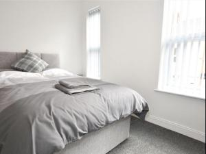 A bed or beds in a room at Townhouse @ Birks Street Stoke