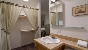 A bathroom at Arden Acres Executive Suites & Cottages