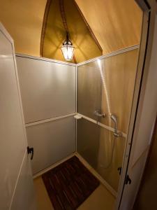 Een badkamer bij Merzouga Paradise Luxury Camp
