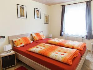 Ein Bett oder Betten in einem Zimmer der Unterkunft Attractive Apartment in Bettenfeld wiith Garden and BBQ