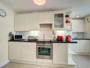 A kitchen or kitchenette at Luxurious Holiday home in Wadebridge with garden
