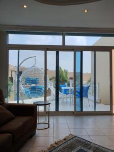 Uma vista da piscina em شاليه ورد مع جولة بحرية ou nos arredores