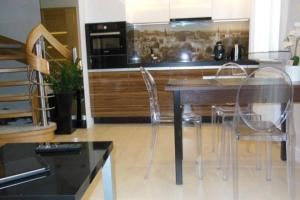 Kuchnia lub aneks kuchenny w obiekcie Apartament Platinum Dwupiętrowy z Garażem