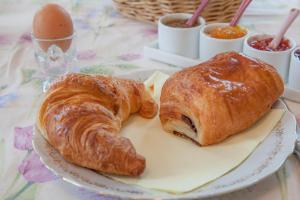 Breakfast options available to guests at Chateau de Moulin le Comte